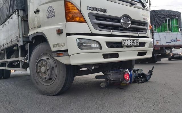 Ô tô tải tông xe máy, 2 người tử vong - 2