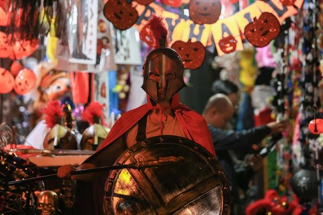 Loạt ma quỷ kinh dị tràn xuống phố hóa trang ở Hà Nội dịp Halloween - 13