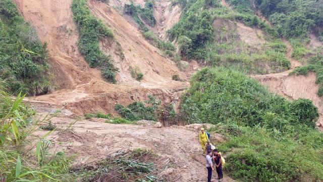 Quảng Nam: Dân băng rừng vác lương thực tiếp tế vào nơi bị sạt lở chia cắt - 3