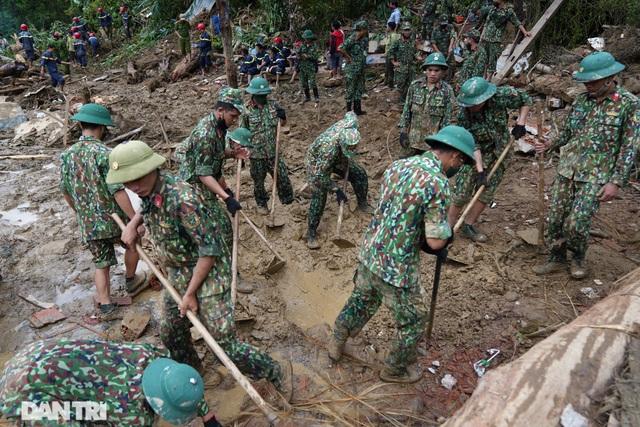 Hình ảnh hàng trăm người lật tung đất đá, tìm người mất tích tại Trà Leng - 1
