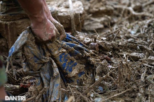 Hình ảnh hàng trăm người lật tung đất đá, tìm người mất tích tại Trà Leng - 8