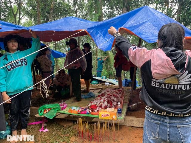 Hình ảnh hàng trăm người lật tung đất đá, tìm người mất tích tại Trà Leng - 12