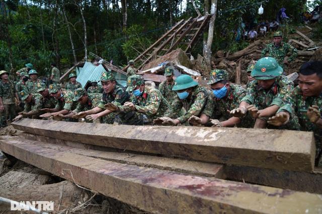 Hình ảnh hàng trăm người lật tung đất đá, tìm người mất tích tại Trà Leng - 3