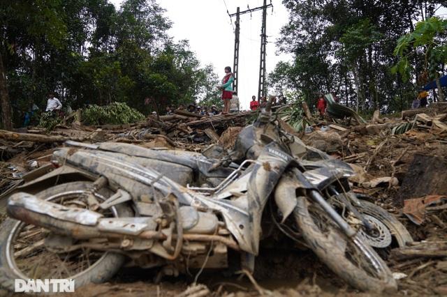 Hình ảnh hàng trăm người lật tung đất đá, tìm người mất tích tại Trà Leng - 10