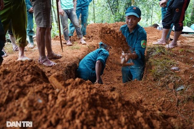 Hình ảnh hàng trăm người lật tung đất đá, tìm người mất tích tại Trà Leng - 13