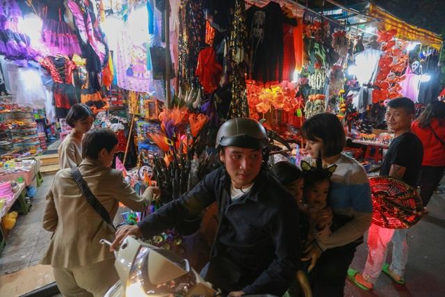 Loạt ma quỷ kinh dị tràn xuống phố hóa trang ở Hà Nội dịp Halloween - 2