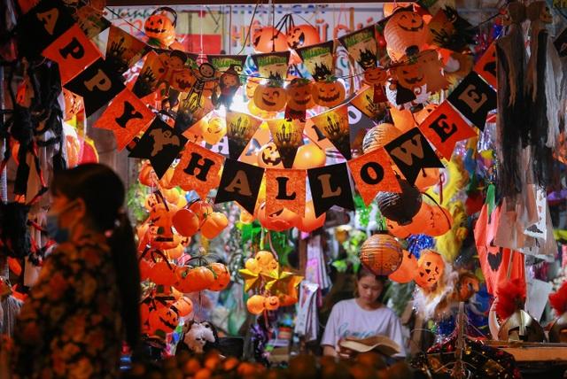 Loạt ma quỷ kinh dị tràn xuống phố hóa trang ở Hà Nội dịp Halloween - 3