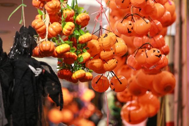 Loạt ma quỷ kinh dị tràn xuống phố hóa trang ở Hà Nội dịp Halloween - 4