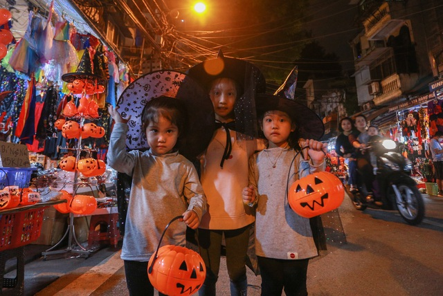 Loạt ma quỷ kinh dị tràn xuống phố hóa trang ở Hà Nội dịp Halloween - 7