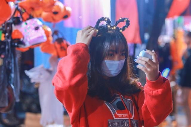 Loạt ma quỷ kinh dị tràn xuống phố hóa trang ở Hà Nội dịp Halloween - 9