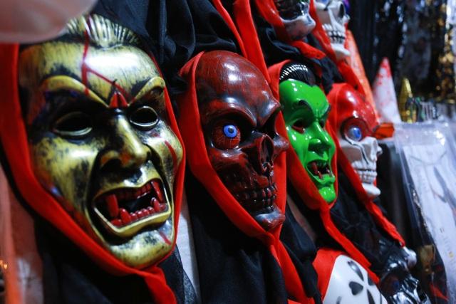 Loạt ma quỷ kinh dị tràn xuống phố hóa trang ở Hà Nội dịp Halloween - 10