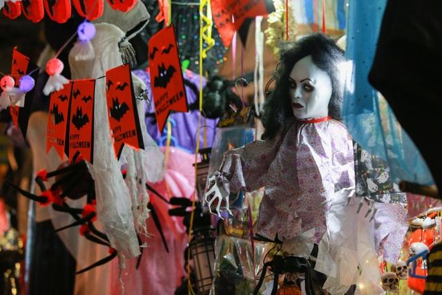 Loạt ma quỷ kinh dị tràn xuống phố hóa trang ở Hà Nội dịp Halloween - 11