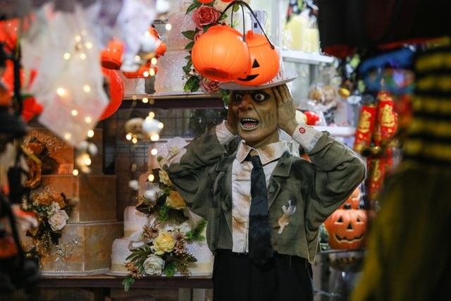 Loạt ma quỷ kinh dị tràn xuống phố hóa trang ở Hà Nội dịp Halloween - 12
