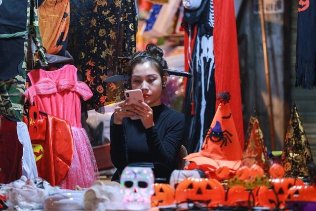 Loạt ma quỷ kinh dị tràn xuống phố hóa trang ở Hà Nội dịp Halloween - 14