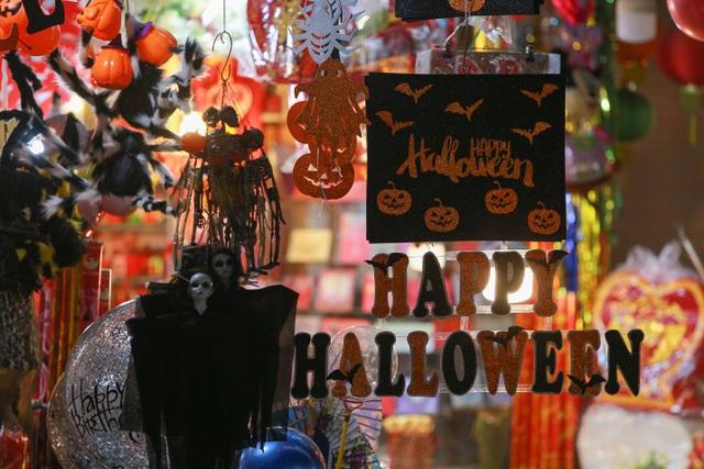 Loạt ma quỷ kinh dị tràn xuống phố hóa trang ở Hà Nội dịp Halloween - 15