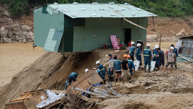Chi chít những điểm sạt lở trên đường đi cứu hộ 11 người bị vùi lấp - 4