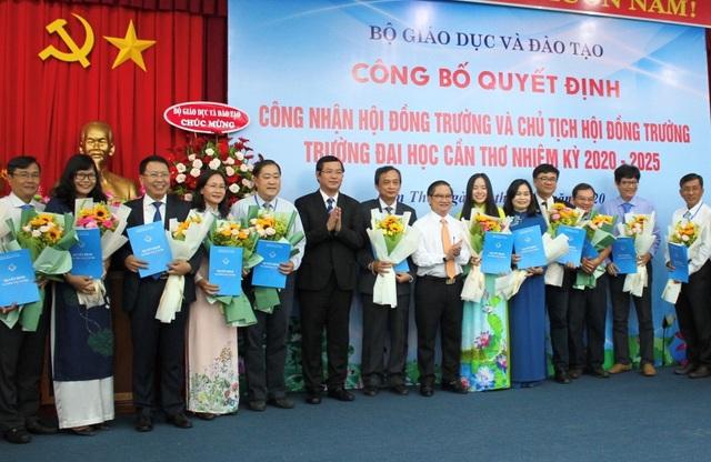 Ông Nguyễn Văn Phúc-Thứ trưởng Bộ GD&ĐT và ông Trần Việt Trường- Chủ tịch UBND TP Cần Thơ trao quyết định công nhận Hội đồng trường.