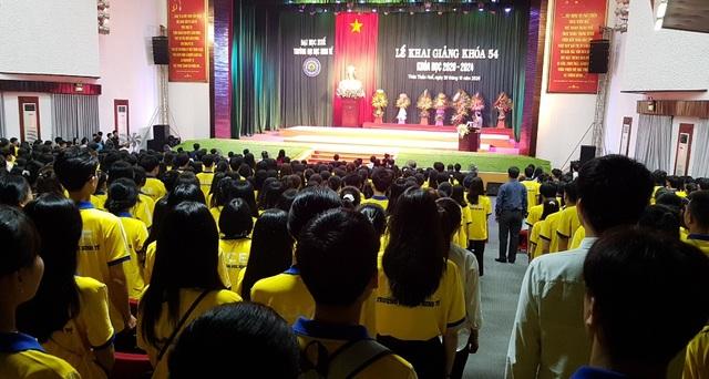 Tân sinh viên quá đông, trường phải bố trí thêm ghế ngồi dự khai giảng - 5
