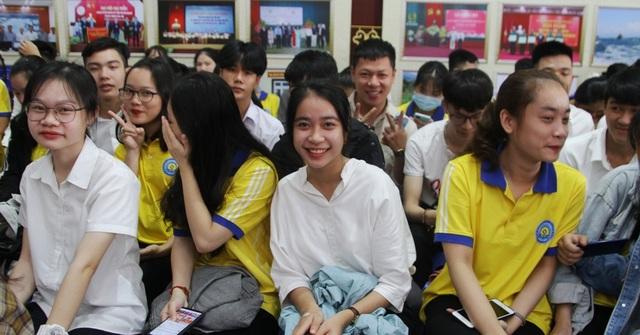 Tân sinh viên quá đông, trường phải bố trí thêm ghế ngồi dự khai giảng - 8
