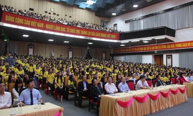 Tân sinh viên quá đông, trường phải bố trí thêm ghế ngồi dự khai giảng - 1