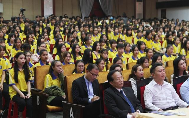 Tân sinh viên quá đông, trường phải bố trí thêm ghế ngồi dự khai giảng - 6