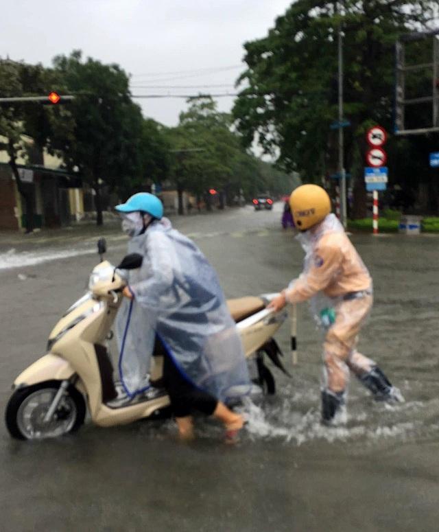 Cận cảnh thành phố Vinh bị nước bủa vây - 6