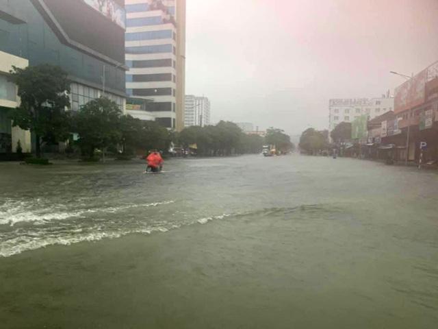 Cận cảnh thành phố Vinh bị nước bủa vây - 7