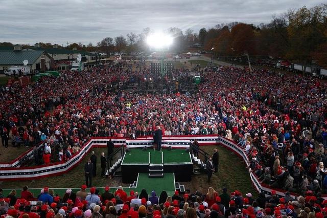 Bầu cử Mỹ 2020: Cử tri ủng hộ ông Trump bắt đầu bỏ phiếu mạnh - 1