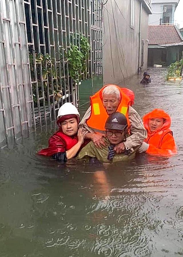 Cận cảnh thành phố Vinh bị nước bủa vây - 9
