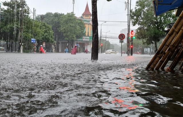 Cận cảnh thành phố Vinh bị nước bủa vây - 4