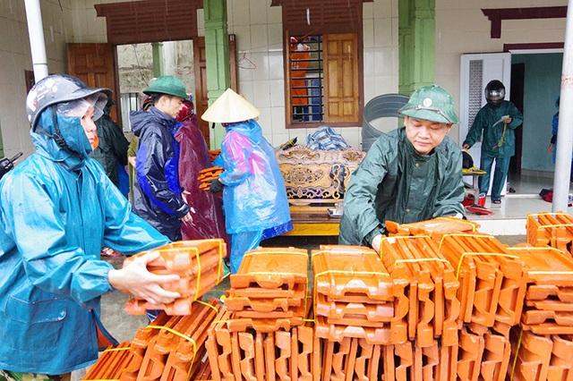 Bộ đội dầm mình dưới cơn mưa xối xả giúp dân sửa nhà sau bão - 2