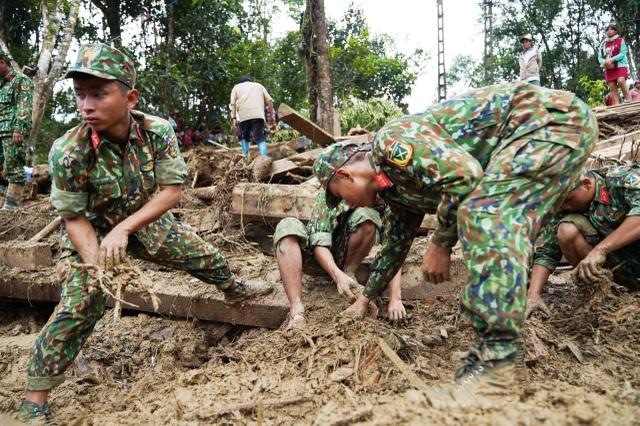 Sạt lở Trà Leng: 500 người chạy đua với mưa lớn tìm kiếm nạn nhân - 2