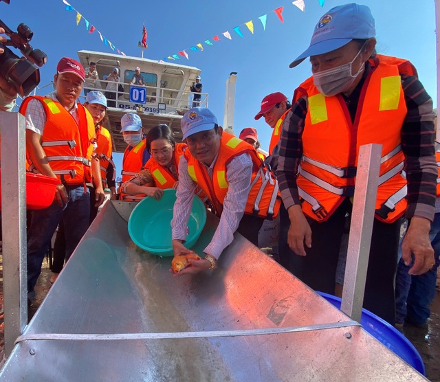 Thả gần 19 tấn cá giống xuống sông tái tạo nguồn lợi thủy sản - 2
