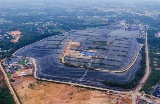 Phun nước được tinh chế từ nham thạch núi lửa để khử mùi ở bãi rác Nam Sơn - 1