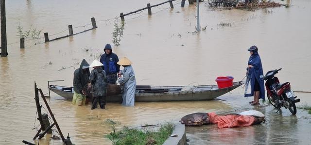 Bộ đội dầm mình dưới cơn mưa xối xả giúp dân sửa nhà sau bão - 7