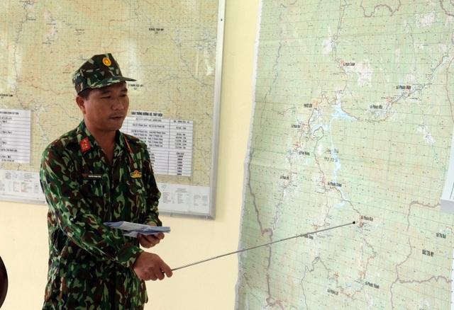 Vụ sạt lở ở Phước Sơn: Băng rừng cõng hàng tiếp tế - 1
