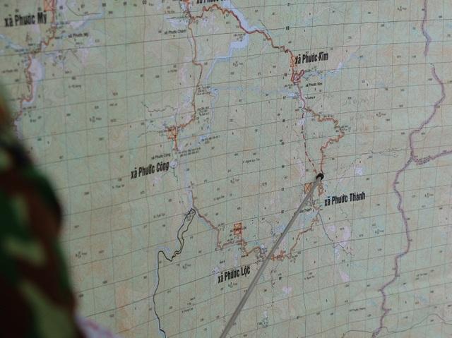 Vụ sạt lở ở Phước Sơn: Băng rừng cõng hàng tiếp tế - 2