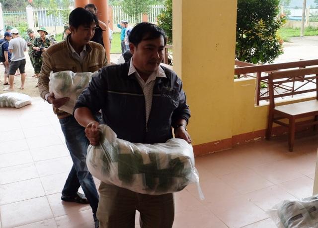 Vụ sạt lở ở Phước Sơn: Băng rừng cõng hàng tiếp tế - 6