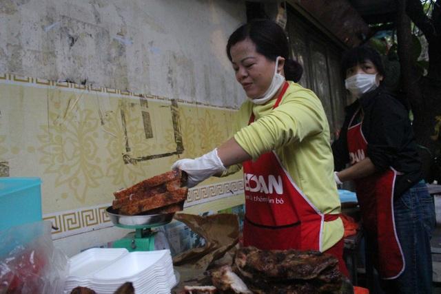 Quán thịt quay không biển hiệu, khách xếp hàng mua từ lúc chưa mở bán - 4