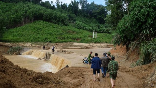 Vụ sạt lở ở Phước Sơn: Băng rừng cõng hàng tiếp tế - 3