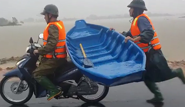 Xúc động hình ảnh công an giữ thuyền chạy theo xe máy hơn 2km đi cứu dân - 1