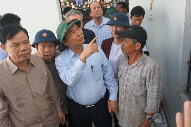 Thủ tướng thị sát, thăm hỏi người dân vùng bão lũ Quảng Ngãi và Quảng Nam - 1