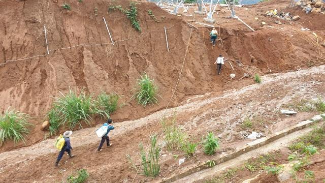 Sạt lở ở Phước Sơn: Trực thăng thả chuyến hàng đầu tiên xuống vùng cô lập - 1