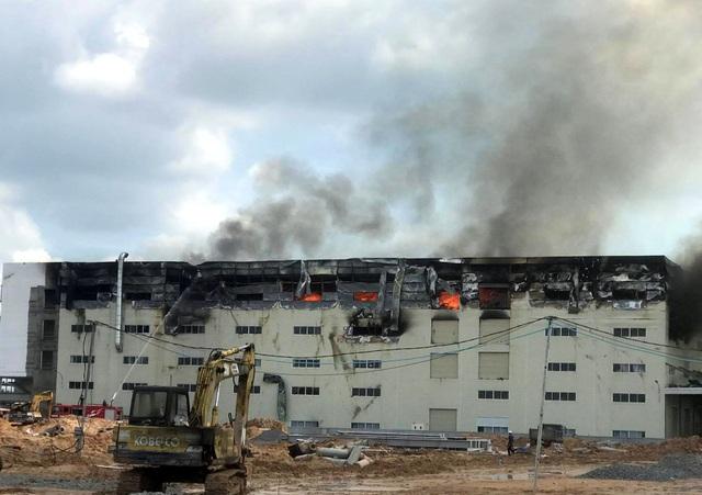 Hiện trường vụ cháy kinh hoàng tại công ty sản xuất ghế sofa ở Bình Dương - 1