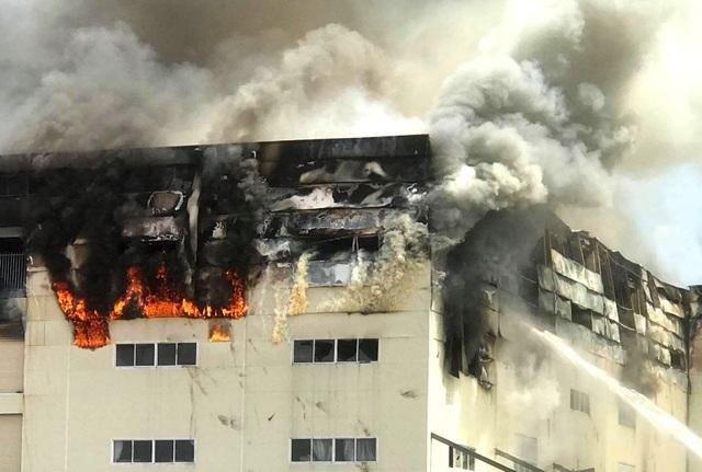 Hiện trường vụ cháy kinh hoàng tại công ty sản xuất ghế sofa ở Bình Dương - 4