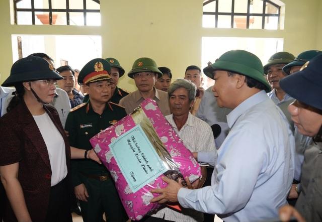 Thủ tướng thị sát, thăm hỏi người dân vùng bão lũ Quảng Ngãi và Quảng Nam - 2