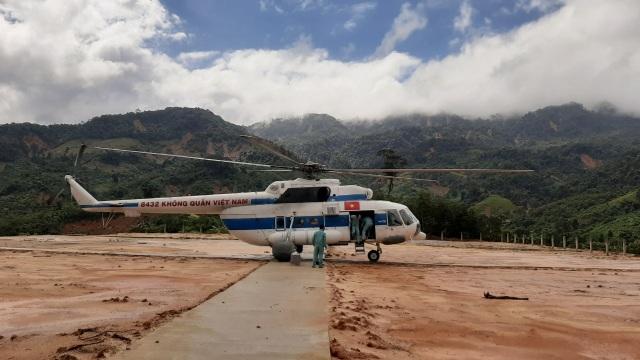 Sạt lở ở Phước Sơn: Trực thăng thả chuyến hàng đầu tiên xuống vùng cô lập - 2