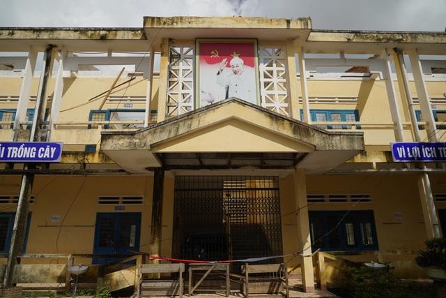 Thủ tướng thị sát, thăm hỏi người dân vùng bão lũ Quảng Ngãi và Quảng Nam - 3
