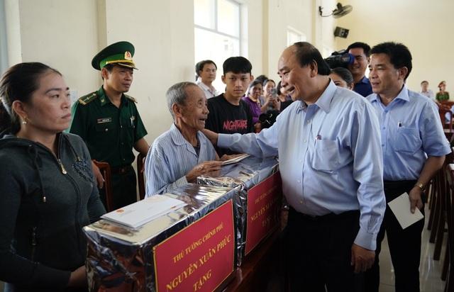 Thủ tướng thị sát, thăm hỏi người dân vùng bão lũ Quảng Ngãi và Quảng Nam - 4