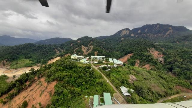Sạt lở ở Phước Sơn: Trực thăng thả chuyến hàng đầu tiên xuống vùng cô lập - 5